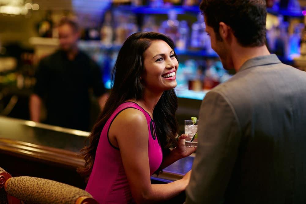 une femme rencontre une homme dans un bar